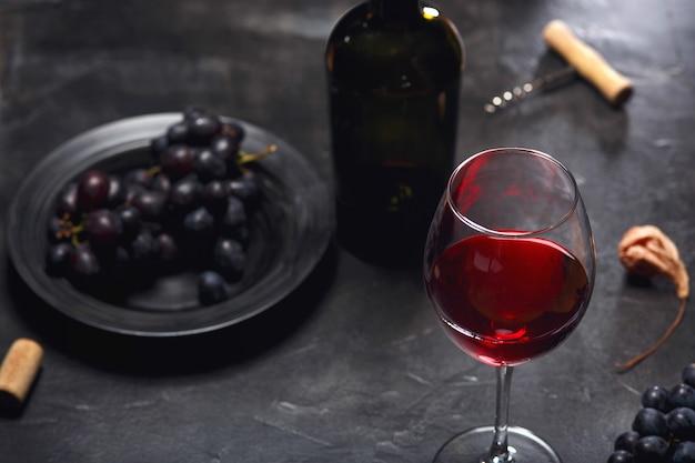 레드 와인과 포도. 와인과 포도 나무 테이블에 corks와 빈티지 설정
