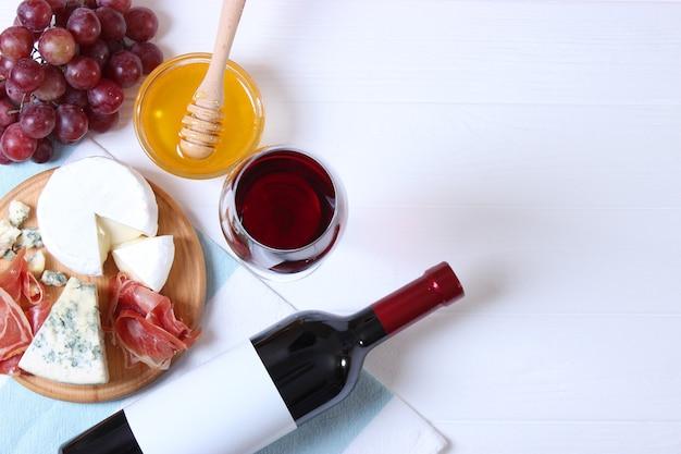 Красное вино и закуски на виде сверху