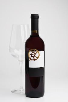 赤ワインのボトルと白地にガラス、テキストのコピースペース