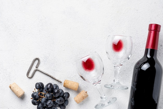 Бутылка красного вина и бокалы на столе