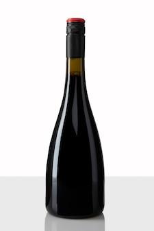 Бутылка красного вина с белым фоном
