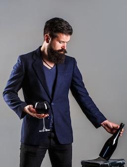 ボトル入り赤ワイン、ワイングラス。ソムリエ男、除糖器、ワイナリー。