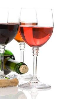 ガラスとボトルの赤ワインは白い背景で隔離