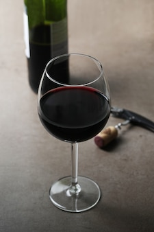 Красное вино в бокале и бутылке