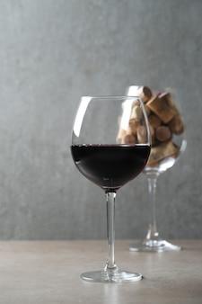 Красное вино в бокале и пробках