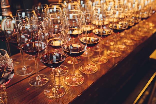Красное вино в очках.
