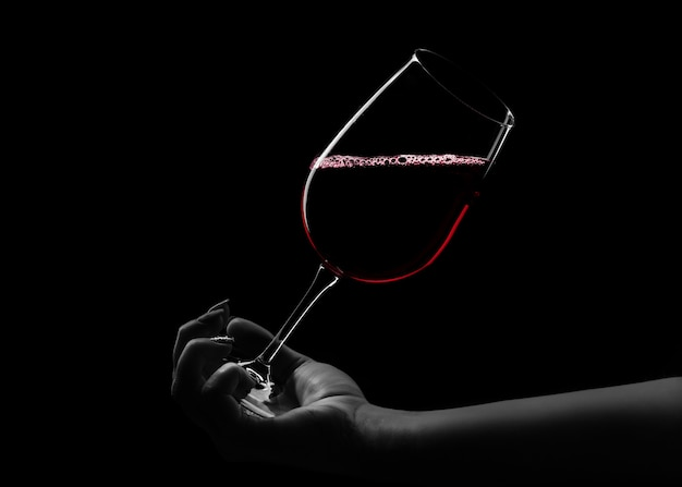 Красное вино в руке