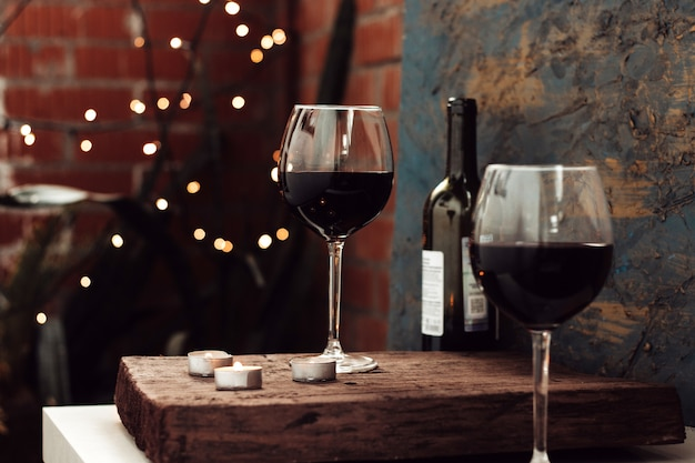 Красное вино в двух бокалах, романтическое свидание на балконе