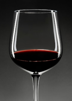 Красное вино в бокале крупным планом