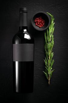 로즈마리와 후추, 빈 레이블 개념 블랙 테이블에 레드 와인