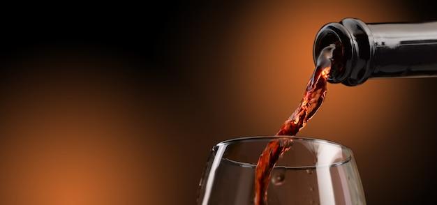 赤ワインをグラスに注いだ