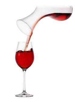 デカンターからグラスに注ぐ赤ワイン