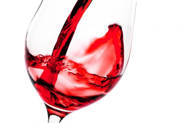 グラスゴブレットに注ぐ赤ワイン