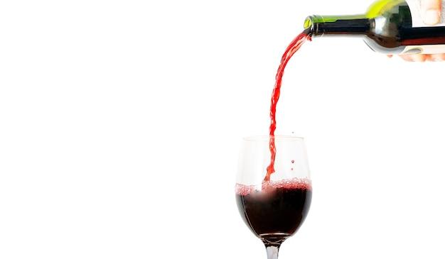 고립 된 유리에 붓는 레드 와인