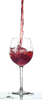 Spruzzata di vino rosso su sfondo bianco