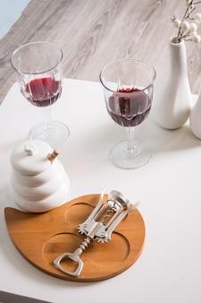 赤ワイン、ワイングラス、コルク抜き。