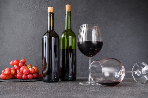 Red wine with bunch of grapes