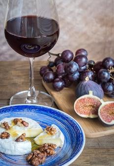 Красное вино с камамбером, инжиром и виноградом