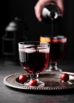 赤ワインと氷をクローズアップ