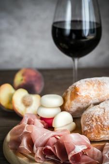 Красное вино с ветчиной и чиабаттой