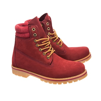 白い表面に分離されたヌバックで作られた赤い冬のブーツ