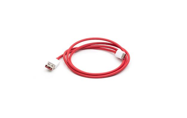 격리 된 흰색 배경에 유형 c 흰색 남성 커넥터 usb 케이블이 있는 빨간색 와이어