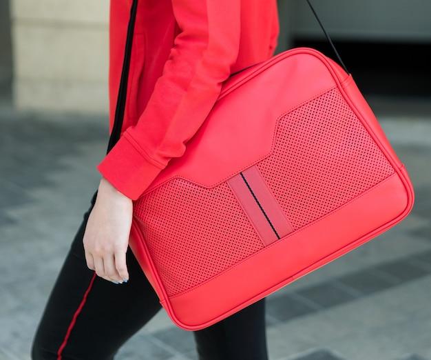赤い女性のメッセンジャーバッグのクローズアップ