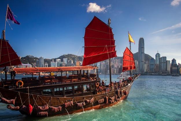 香港市の赤い樹木が茂ったボートアイコン