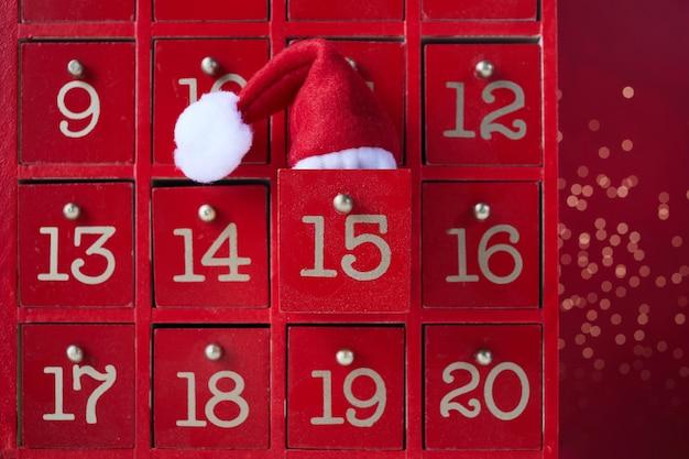 크리스마스 깜짝 빨간 나무 출현 달력입니다.