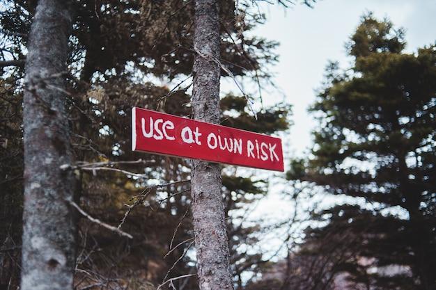 Красный деревянный знак в лесу