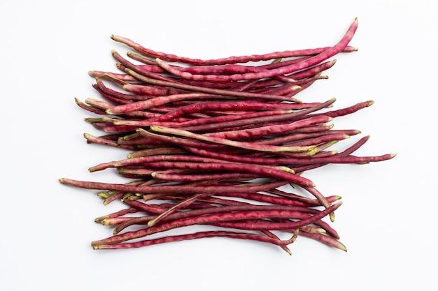 分離された赤い庭の長い豆