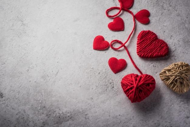 벽 배경에 모양의 빨간색 원사 심장