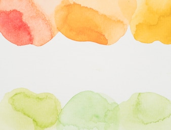白い紙の赤、黄、緑の塗料