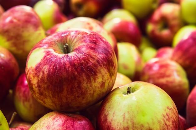 빨간색 노란색 애플 클로즈업입니다. 가게 카운터에 있는 터키식 익은 사과. 사과 배경