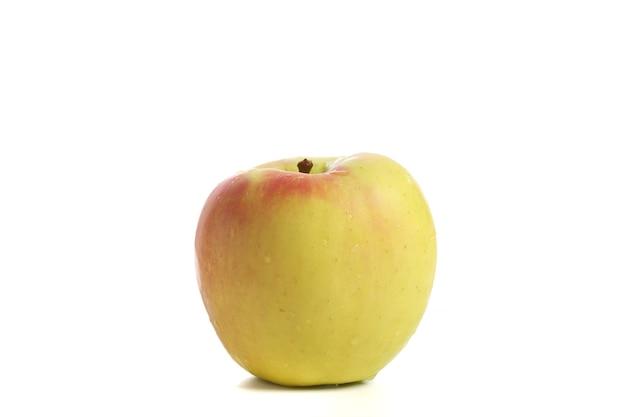 白い背景で隔離の赤黄色のリンゴ
