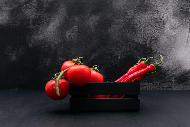 Красные овощи в деревянной коробке