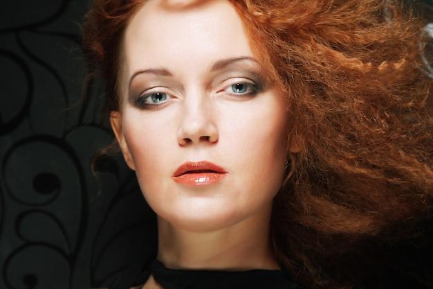 Redhair женщина с креативной прической