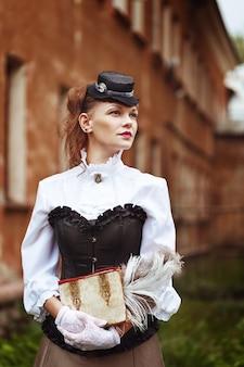 ビンテージ服で美しいredhair女性