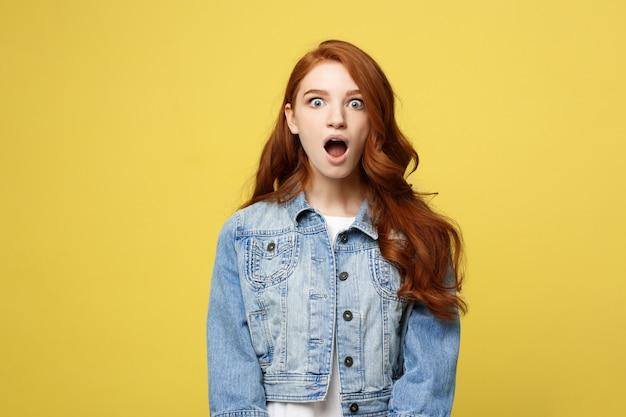 Закройте портрет удивить молодых красивых привлекательных redhair девушка шокирует чем-то.