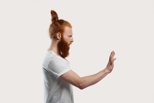 やめるように頼む赤毛の男