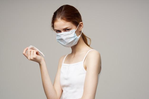 Рыжая женщина вирус инфекции гриппа проблемы со здоровьем светлый фон