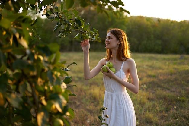사과나무 과일 근처 들판에서 나가서는 여자