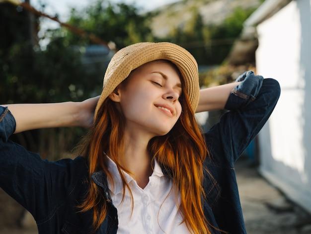 帽子をかぶった赤毛の女性屋外サンウォークレジャー