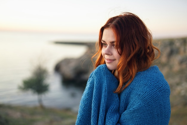 담요 여행 저녁으로 숨어있는 자연 속에서 redhaired 여자