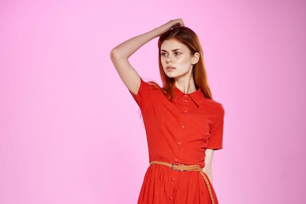 Рыжая женщина в красном платье моды элегантный стиль изолированный фон