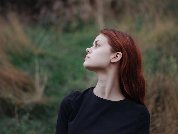 赤毛の女性山自然草散歩風景