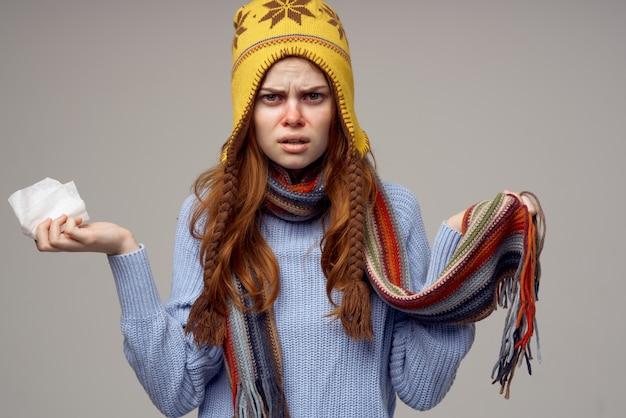 그의 머리에 모자와 함께 redhaired 여자 목 스카프 고립 된 배경