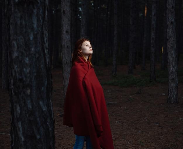 赤毛の女性赤い格子縞の森の自由の自然