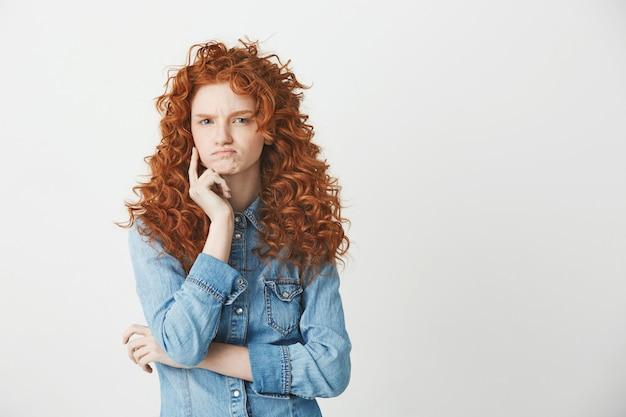 Рыжая привлекательная девушка мышления. копировать пространство