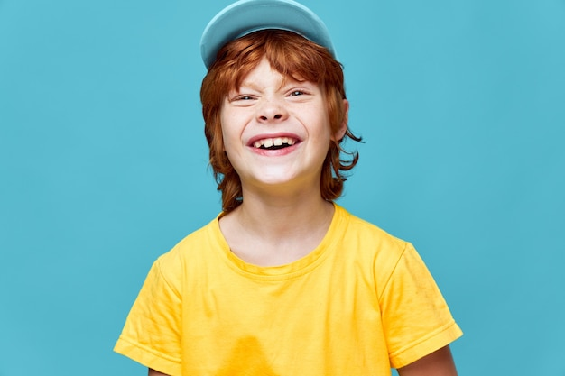 赤毛の少年悪の笑い青い帽子のトリミングされたビュー